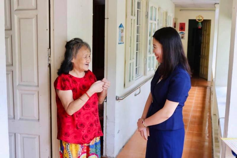 BLĐ và nhân viên Dưỡng lão Diên Hồng nói chuyện với NCT